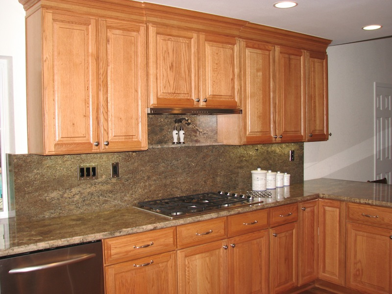 Dark kitchen cabinets with light oak trim Kitchen design with light oak cabinets